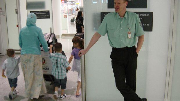 Zöllner Jan Lehmann vom Münchner Flughafen bei der Arbeit. © kabel eins
