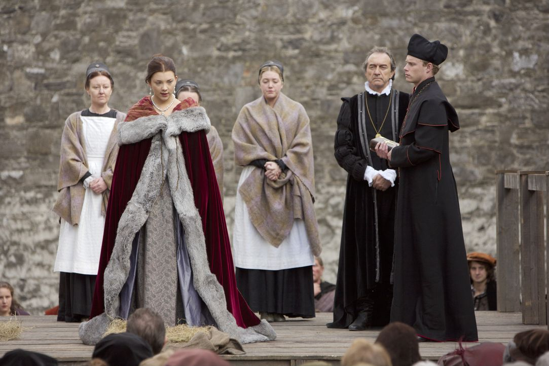 Die Todgeweihte Anne Boleyn (Natalie Dormer, 2.v.l.) hält auf dem Schafott eine kurze beeindruckende Rede ... - Bildquelle: 2008 TM Productions Limited and PA Tudors II Inc. All Rights Reserved.