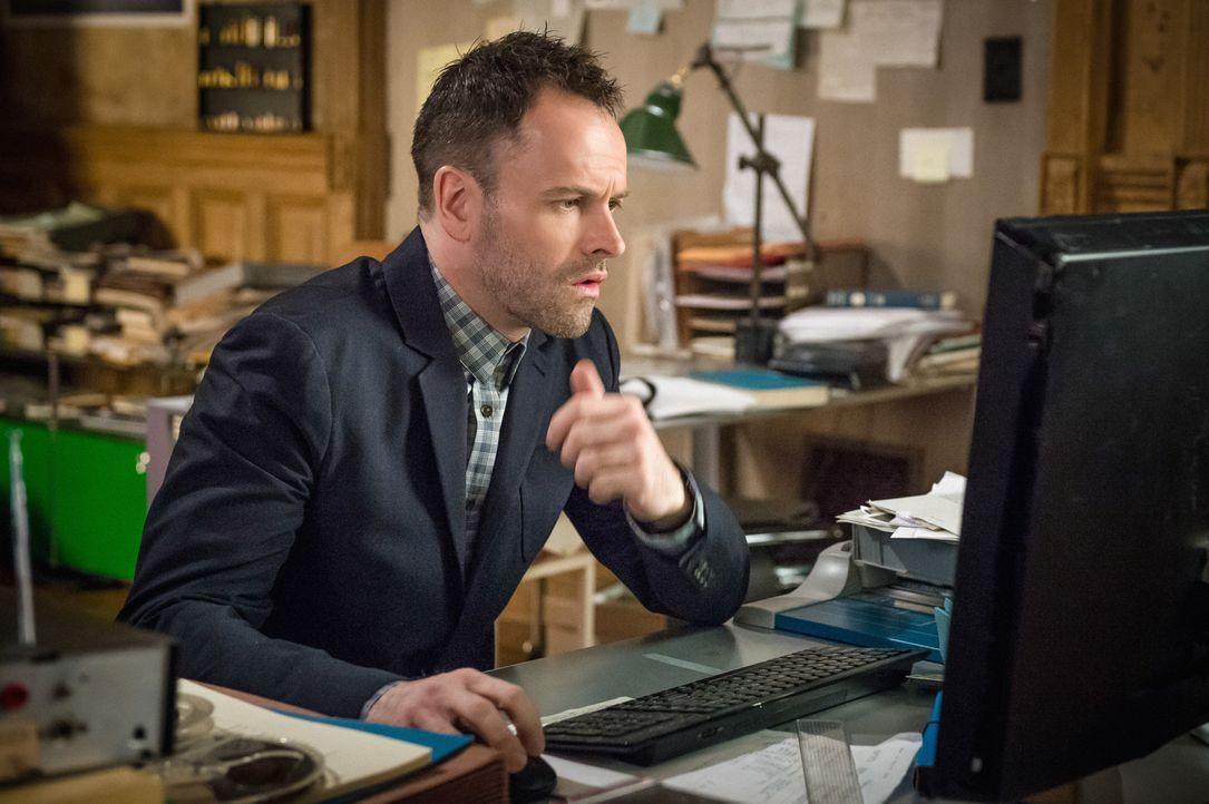 Holmes (Jonny Lee Miller) muss herausfinden, warum ein Serienmörder seine Opfer wie ein Vampir in den Hals beißt ... - Bildquelle: CBS Television