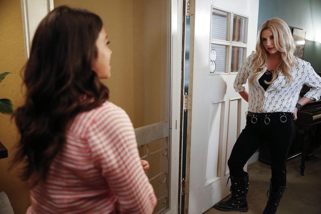 Jane (Gina Rodriguez, l.) legt sich mit ihrer neuen Nachbarin Annabelle (Kesha, r.) an, während Petra weiter versucht, Rafael zurück zu bekommen ... - Bildquelle: Greg Gayne 2015 The CW Network, LLC. All rights reserved.