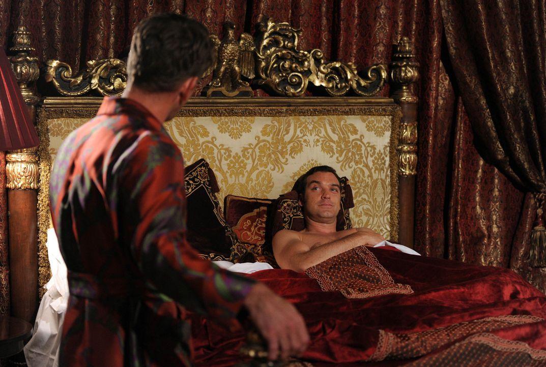 Prinz Cyrus (Jake Maskall, r.) nutzt alles in seiner Macht stehende, um gegen den König zu arbeiten. Und James Holloway (Scott Maslen, l.) muss ihm... - Bildquelle: Stuart Wilson 2014 E! Entertainment Media LLC/Lions Gate Television Inc.