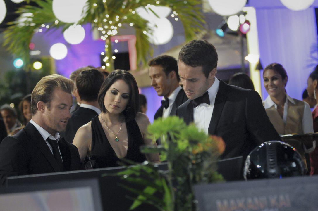 Danny (Scott Caan, l.), Catherine (Michelle Borth, M.) und Steve (Alex O'Loughlin, r.) genießen eine Wohltätigkeitsveranstaltung, die allerdings jäh... - Bildquelle: TM &   CBS Studios Inc. All Rights Reserved.