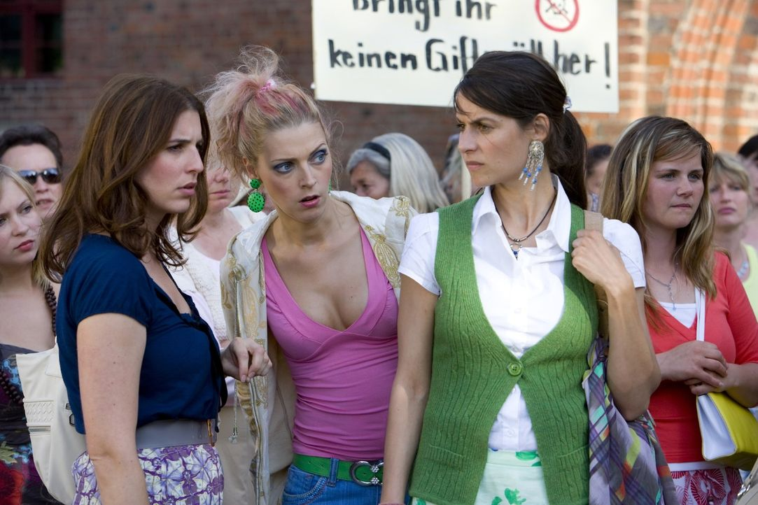 Gemeinsam mit ihren Freundinnen Yvonne (Liane Forestieri, 2.v.r.) und Petra (Nadja Petri, 2.v.l.) nimmt Julia (Elena Uhlig, l.) den Kampf gegen die... - Bildquelle: Richard Hübner SAT.1