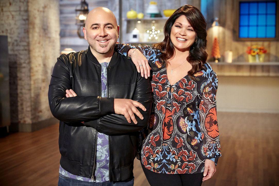 (2. Staffel) - Duff Goldman (l.) und Valerie Bertinelli (r.) sind gespannt, wie sich die Kinder in den Back-Challenges schlagen werden ... - Bildquelle: Greg Gayne 2015, Television Food Network, G.P. All Rights Reserved
