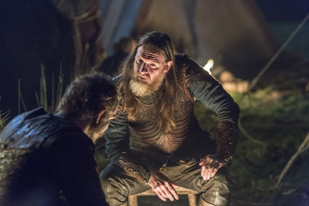 Wird es König Horik (Donal Logue, r.) endgültig schaffen, Floki (Gustaf Skarsgård, l.) in seinem Bann zu ziehen und gegen Ragnar aufzubringen? - Bildquelle: 2014 TM TELEVISION PRODUCTIONS LIMITED/T5 VIKINGS PRODUCTIONS INC. ALL RIGHTS RESERVED.