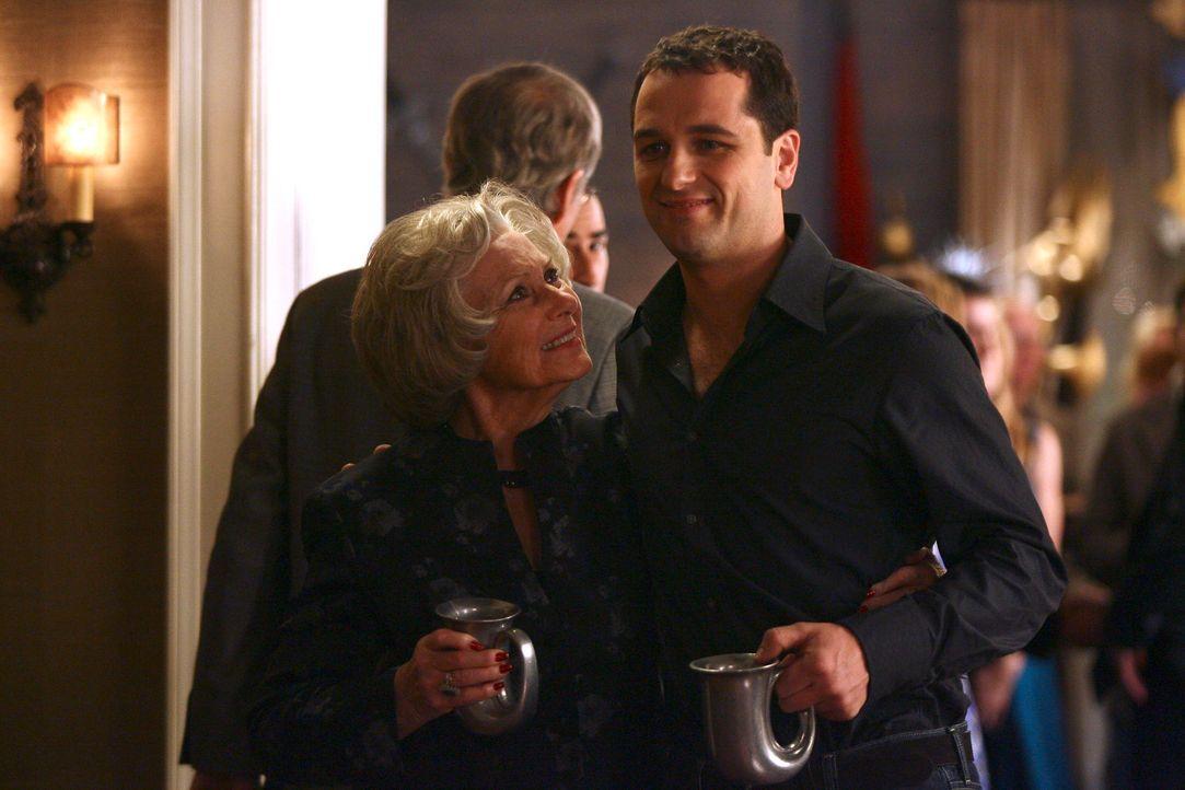 Ida (Marion Ross, l.) ahnt nicht, dass Kevin (Matthew Rhys, r.) schwul ist. Doch die Bombe droht zu platzen ... - Bildquelle: Disney - ABC International Television