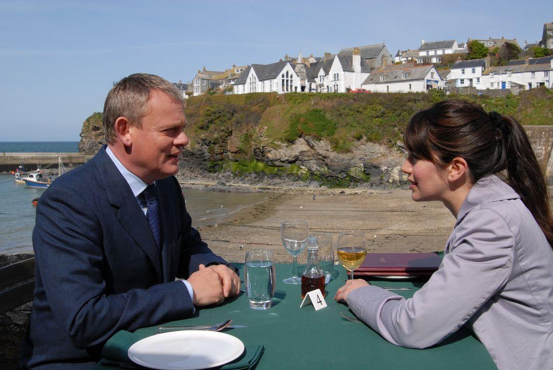Ein Date in Berts neuem Restaurant? Ein gewagtes Unterfangen für Doc Martin (Martin Clunes, l.) und Louisa (Caroline Catz, r.) ... - Bildquelle: BUFFALO PICTURES/ITV