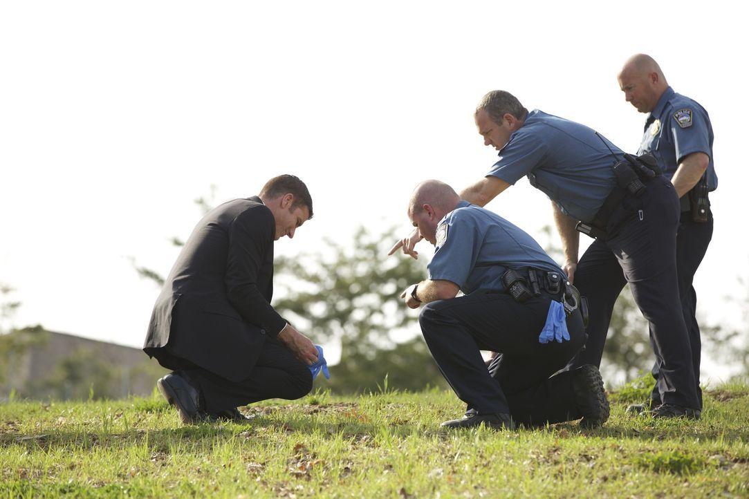 Ein junger Vater wird durch eine einzige Kugel am hellichten Tag erschossen. Am Tatort erkennt Lieutenant Joe Kenda (Carl Marino, l.) das Markenzeic... - Bildquelle: Jupiter Entertainment.
