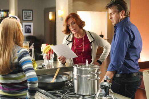 Castle - Martha (Susan Sullivan, M.) erklärt Alexis (Molly C. Quinn, l.) und...