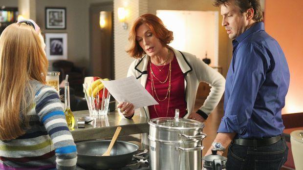 Martha (Susan Sullivan, M.) erklärt Alexis (Molly C. Quinn, l.) und Richard (...