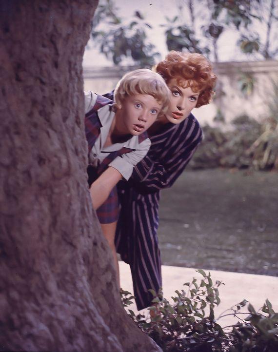 Sharon (Hayley Mills, l.) und ihre Mutter Maggie (Maureen O'Hara, r.) können nicht glauben, welch eine Tussi Mitch zu ehelichen gedenkt ... - Bildquelle: Walt Disney Company.  All Rights Reserved.