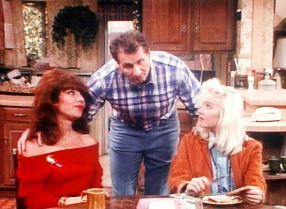 Al (Ed O'Neill, M.) eröffnet Peggy (Katey Sagal, l.) und Kelly (Christina Applegate, r.), dass er seine Führerscheinprüfung wiederholen muss. - Bildquelle: Sony Pictures Television International. All Rights Reserved.