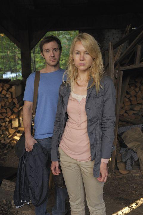 Während Nora (Kristen Hager, r.) nach Boston zurückkehrt und Josh (Sam Huntington, l.) sich damit auseinander setzen muss, dass sie sich mit den Zwi... - Bildquelle: Phillipe Bosse 2012 B.H. 2 Productions (Muse) Inc. ALL RIGHTS RESERVED.