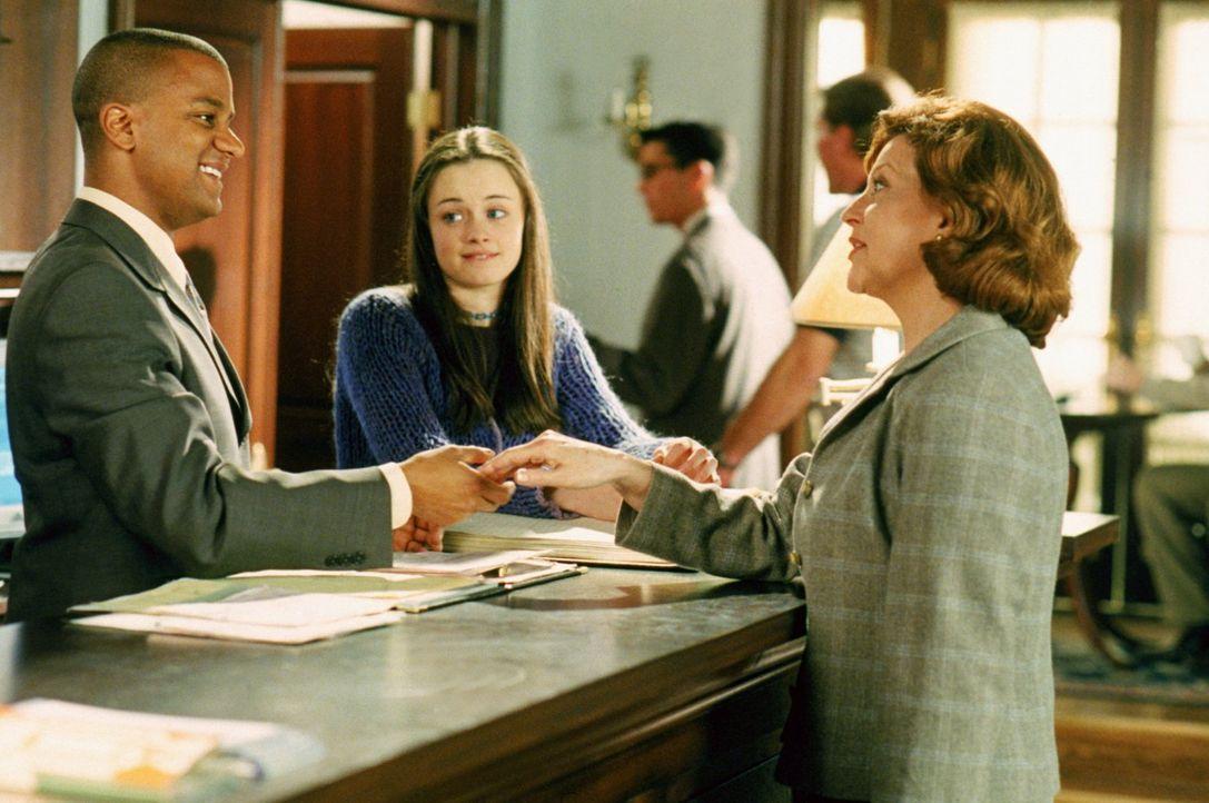 Emily (Kelly Bishop, r.) ist auf der Suche nach Antiquitäten, woraufhin Rory (Alexis Bledel, M.) sie nach Stars Hollow einlädt. Dort macht sie Bekan... - Bildquelle: 2000 Warner Bros.