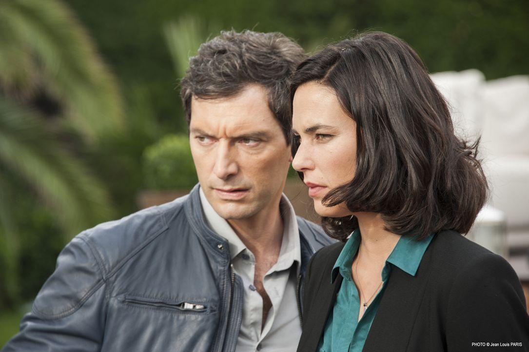 Lucas (Franck Sémonin, l.), Roxane (Julie Fournier, r.) und das Team müssen in einem Mord in einer Villa ermitteln ... - Bildquelle: Jean Louis PARIS