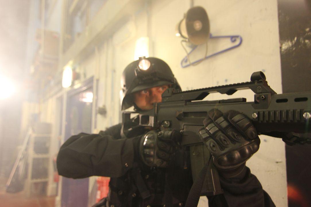 40 schwerbewaffnete islamistische Terroristen besetzen ein Theater mit über 800 unschuldigen Zivilisten. Nur die russische Spezial-Einheit Alfa hat... - Bildquelle: MMXII World Media Rights Limited