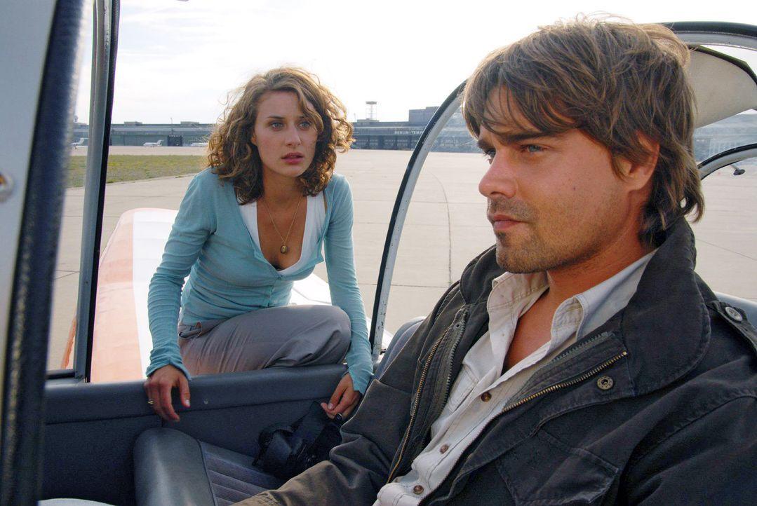 Georg (Raphaël Vogt, r.) fühlt sich von Sara (Marie Rönnebeck, l.) verraten, als er seine Geschichte in der Zeitung liest ... - Bildquelle: Hardy Spitz Sat.1