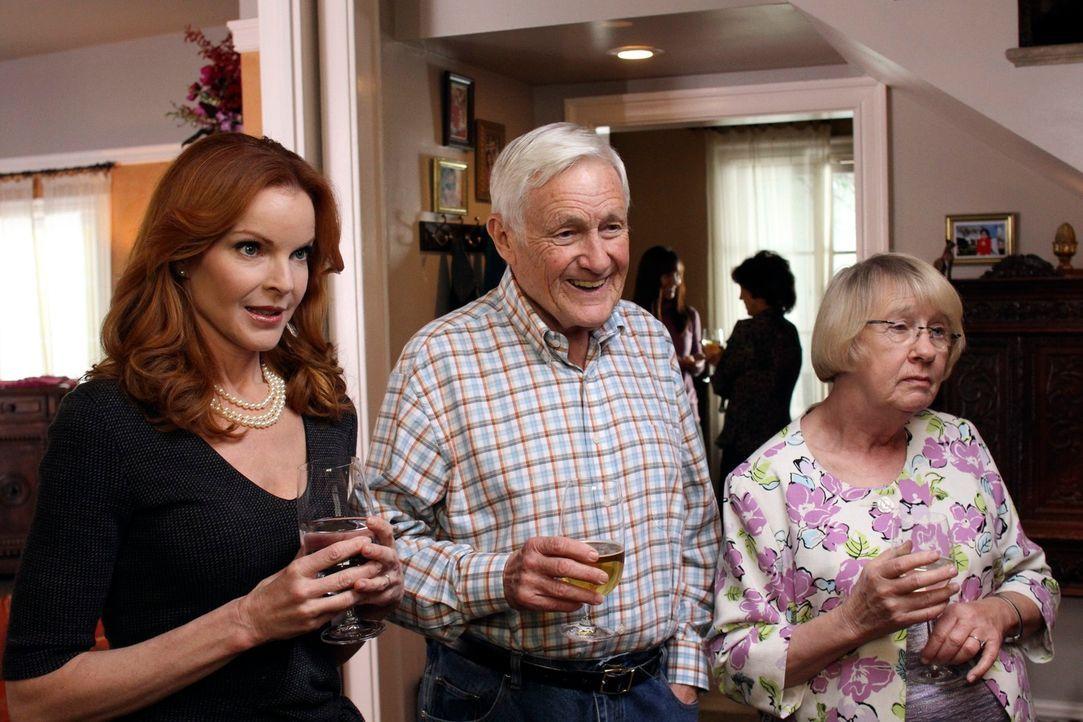 Die Willkommensparty für Katherine findet statt und dabei lernen Roy (Orson Bean, M.), Karen (Kathryn Joosten, r.) und Bree (Marcia Cross, l.) Robin... - Bildquelle: ABC Studios