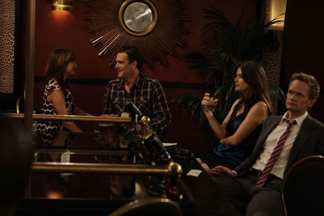 Im Strip-Club treffen Barney (Neil Patrick Harris, r.) und Marshall (Jason Segel, 2.v.l.) auf eine Stripperin, die aussieht wie Lily. Als Lily (Alys... - Bildquelle: 20th Century Fox International Television