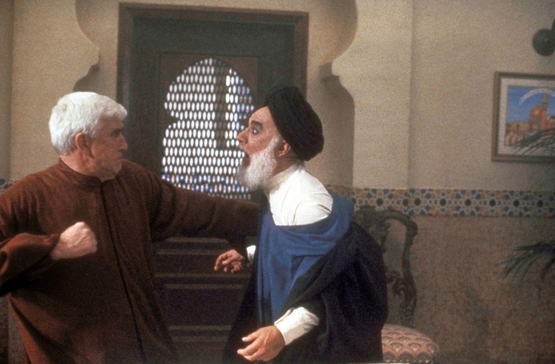 Wenn es nötig ist, lässt Frank (Leslie Nielsen, l.) seine Gegner auch mal seine stahlharten Fäuste spüren ... - Bildquelle: Paramount Pictures