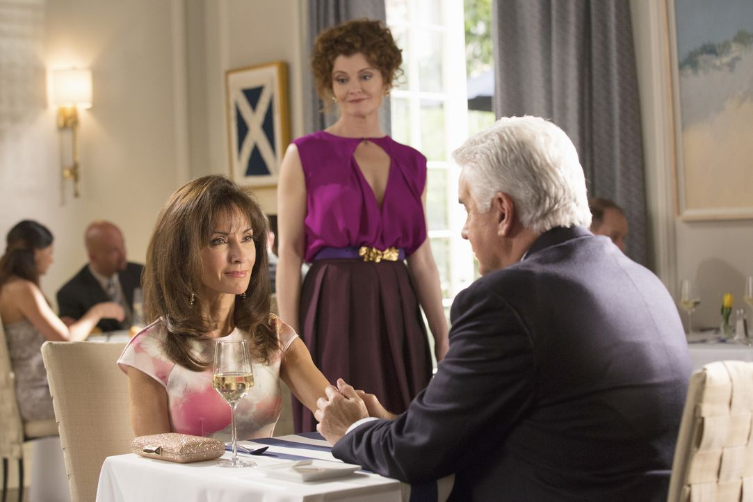 Evelyn (Rebecca Wisocky, M.)  sorgt für einigen Ärger beim Dinner von Genevieve (Susan Lucci, l.) und Christopher (John O'Hurley, r.) ... - Bildquelle: Bob Mahoney 2015 American Broadcasting Companies, Inc. All rights reserved.