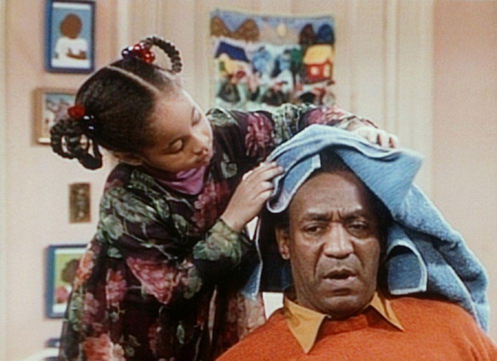 Olivia (Raven Symone, l.) hat in ihrem Zimmer einen Schönheitssalon eröffnet, und Cliff (Bill Cosby, r.) ist einer ihrer ersten Kunden. - Bildquelle: Viacom