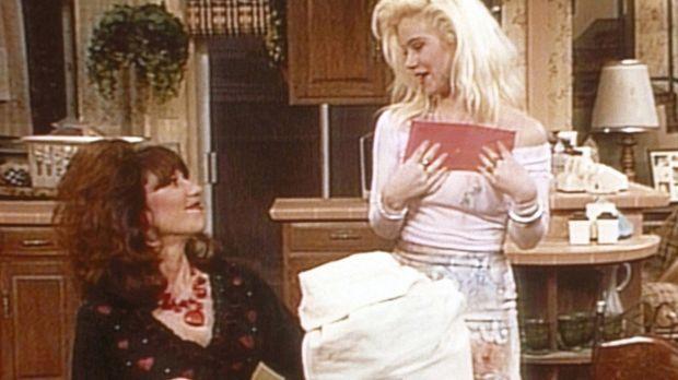 Voller Stolz präsentiert Kelly (Christina Applegate, r.) Peggy (Katey Sagal,...