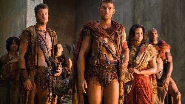 Auf der Flucht vor den Römern finden Spartacus (Liam McIntyre, M.), Agron (Da...