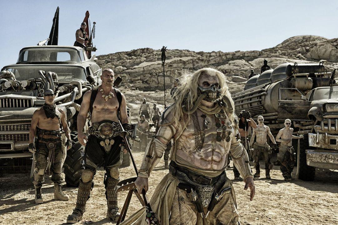 Der skrupellose Kriegsherr Immortan Joe (Hugh Keays-Byrne, r.) kennt keine Gnade, wenn es darum geht, seine Macht zu verteidigen und zu festigen und... - Bildquelle: 2015 Warner Bros.