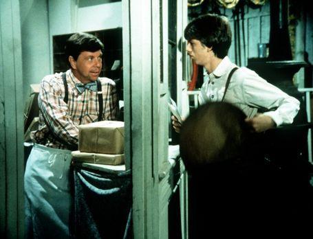 Die Waltons - Ike (Joe Conley, l.) hat Jim Bob (David W. Harper, r.) als Post...
