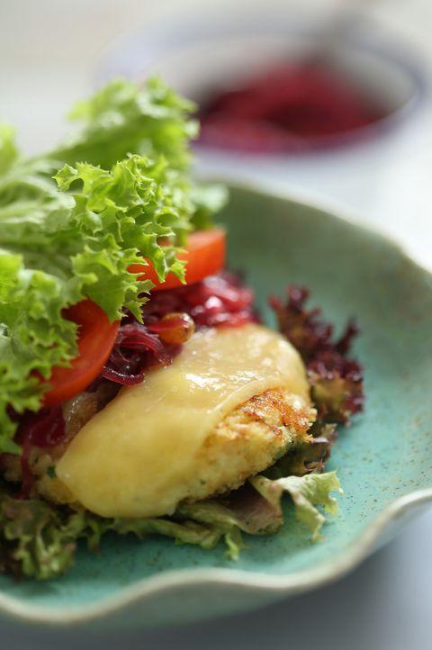 Warum nicht mal einen Burger selber machen: ein Blumenkohl-Käse-Burger ... - Bildquelle: Richard Hill BBC 2013