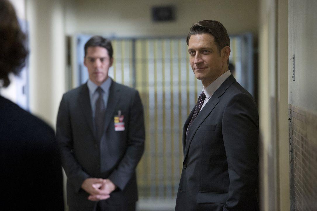 Warden Miles Tate (Robert Gant, r.) ruft Hotch (Thomas Gibson, l.) und sein Team nach Texas, nachdem zwei Wachen eines privatisierten Hochsicherheit... - Bildquelle: ABC Studios