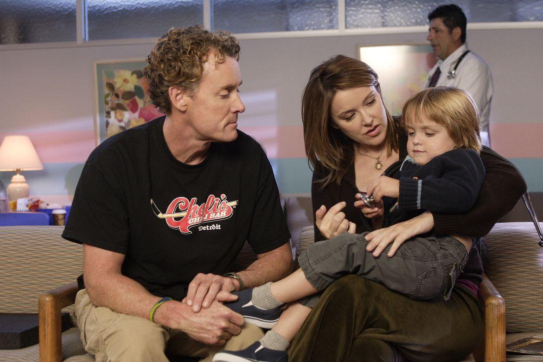 Jordan (Christa Miller, M.) macht Dr. Cox (John C. McGinley, l.) Vorwürfe, da er ihrem Sohn Jack (Andrew Miller, r.) gegenüber zu offen und unverblü... - Bildquelle: Touchstone Television