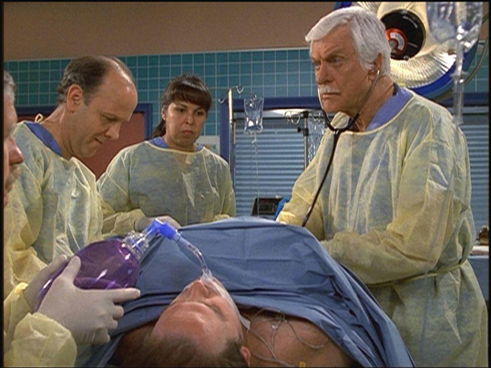 Der unter Mordverdacht stehende Dr. Frederick Wilson (Jim Ortlieb, l.) darf unter Marks (Dick Van Dyke, r.) Aufsicht eine Operation zu Ende bringen. - Bildquelle: Viacom