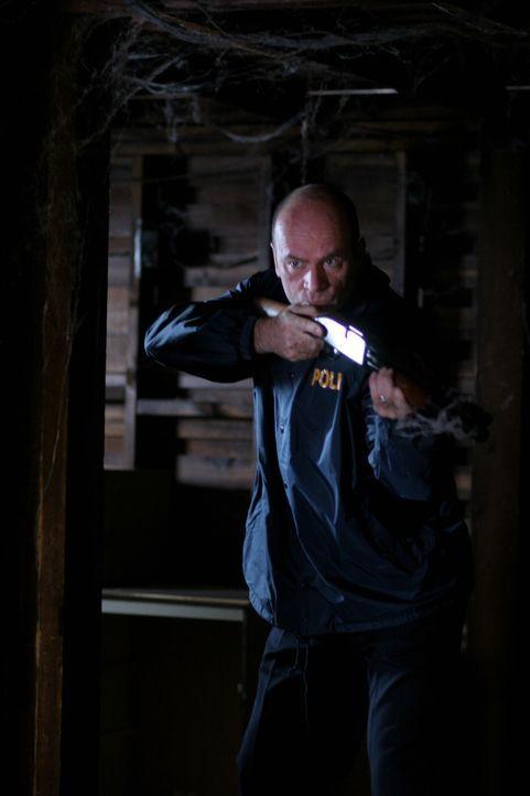 Eilt seiner Kollegin zur Hilfe: Lt. John Stillman (John Finn) - Bildquelle: Warner Bros. Television
