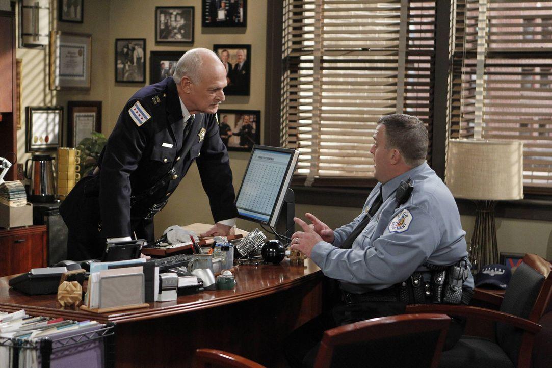 Mike (Billy Gardell, r.) fällt aus allen Wolken, als sein Boss, Captain Murphy (Gerald McRaney, l.), ein Date mit seiner boshaften Mutter möchte ... - Bildquelle: Warner Brothers