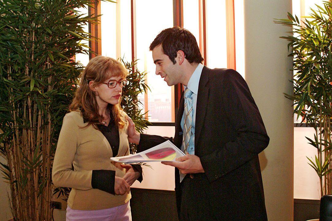 Geschafft: Lisa (Alexandra Neldel, l.) kann David (Mathis Künzler, r.) im allerletzten Moment die Unterlagen für seine Präsentation überreichen.... - Bildquelle: Sat.1