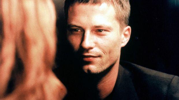 In einer Eckkneipe treffen Leo (Til Schweiger, r.) und Nico (Karina Krawczyk,...