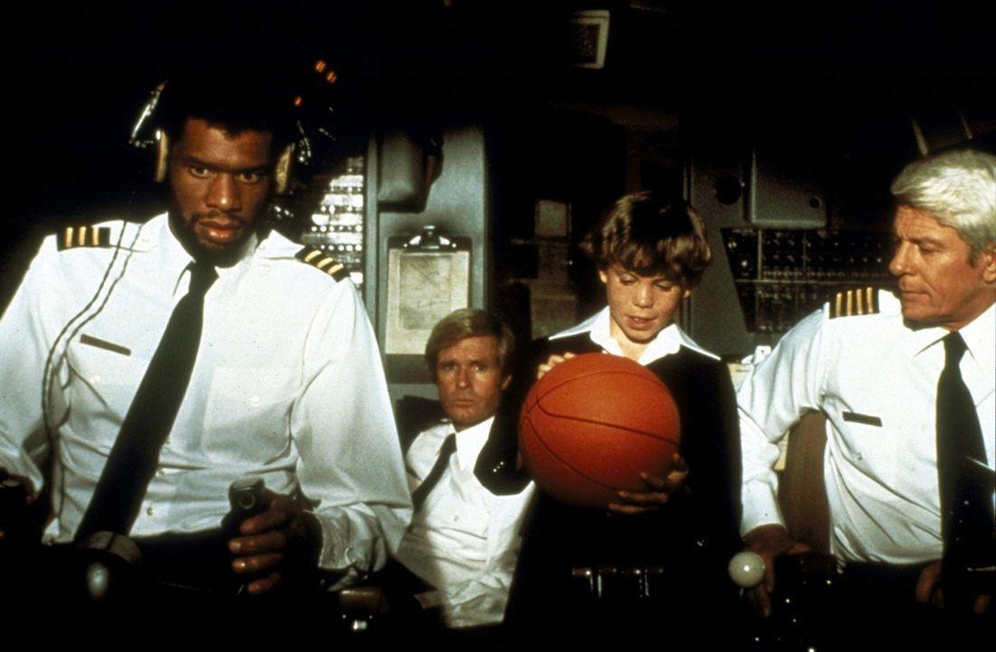 Co-Pilot Murdock (Kareem Abdul-Jabbar, l.) und Captain Oveur (Peter Graves, r.) erklären dem kleinen Joey (Rossie Harris, M.), warum ein Flugzeug f... - Bildquelle: Paramount Pictures