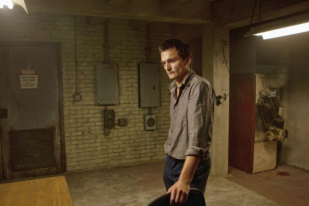 Brody wird an einem geheimen Ort von Peter (Rupert Friend) verhört und später wird ihm sein Video vorgespielt. Doch er hält stand, erst als Carri... - Bildquelle: 20th Century Fox International Television