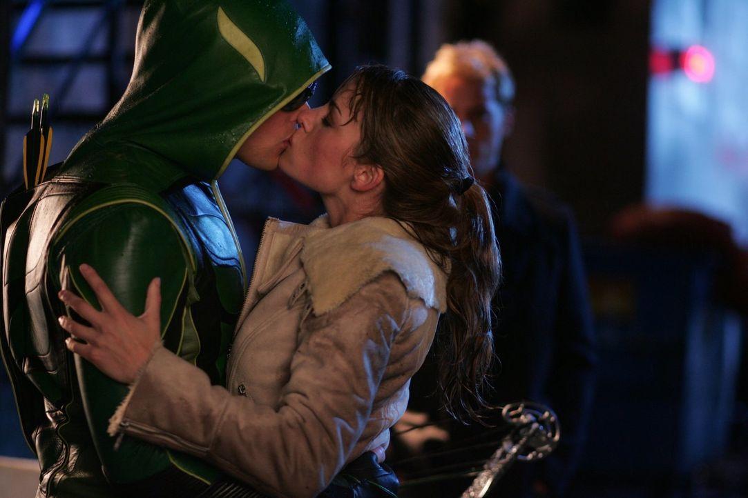 Um Olivers Unschuld zu beweisen, schlüpft Clark (Tom Welling, l.) in das Kostüm des Green Arrows und küsst Lois (Erica Durance, r.). Eine Tat, die n... - Bildquelle: Warner Bros.