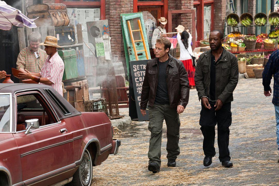 Sind auf dem Weg, um ihren neuen Klienten zu beschützen: Chance (Mark Valley, l.) und Babtiste (Lennie James, r.) ... - Bildquelle: 2011  Warner Bros.