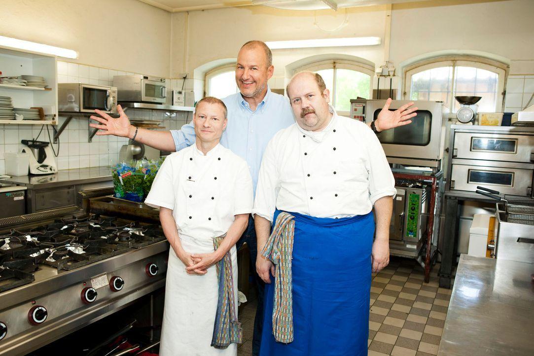 Ein Hilferuf erreicht Frank Rosin (M.) aus Weißbach im Berchtesgadener Land. Für den Sternekoch eine Premiere: Diesmal gilt es nicht nur ein Restaur... - Bildquelle: Benedikt Müller kabel eins