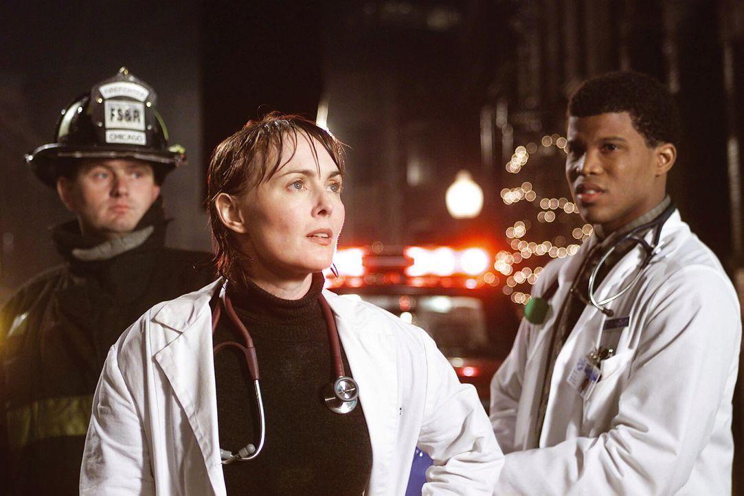 Mitten in der Nacht befinden sich Dr. Weaver (Laura Innes, M.) und der Student Gallant (Sharif Atkins, r.) bei einem dramatischren Verkehrsunfall. - Bildquelle: TM+  WARNER BROS.