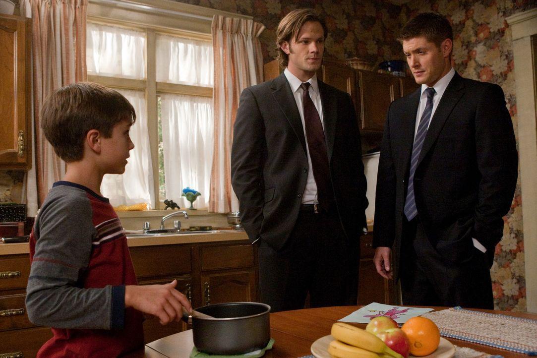 Sam (Jared Padalecki, M.) und Dean (Jensen Ackles, r.) untersuchen Berichte von Märchengestalten, die plötzlich real werden, und finden einen klei... - Bildquelle: Warner Bros. Television
