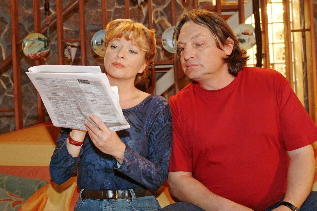 Obwohl Bernd (Volker Herold, r.) der Meinung ist, dass Helga (Ulrike Mai, l.) nicht mehr arbeiten müsste, schaut sie doch nach einer passenden Stell... - Bildquelle: Monika Schürle Sat.1