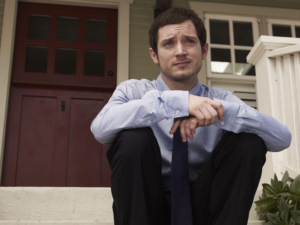 (1. Staffel) - Sein Leben nimmt eine komplette Wendung, als er seine Nachbarin Jenna und deren Hund Wilfred kennenlernt: Ryan (Elijah Wood) ... - Bildquelle: 2011 FX Networks, LLC. All rights reserved.