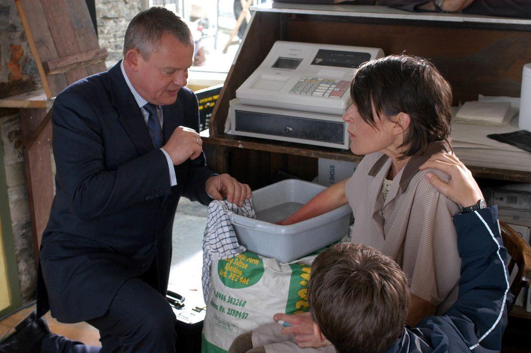 Kann Doc Martin (Martin Clunes, l.) Mrs Cronks (Mary Woodvine, r.) Hand helfen, die in das heiße Fett der Fritteuse geraten ist? - Bildquelle: BUFFALO PICTURES/ITV