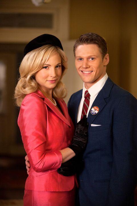 Haben sich für den großen Schulball zurrecht gemacht: Caroline (Candice Accola, l.) und Matt (Zach Roerig, r.) - Bildquelle: Warner Bros. Television
