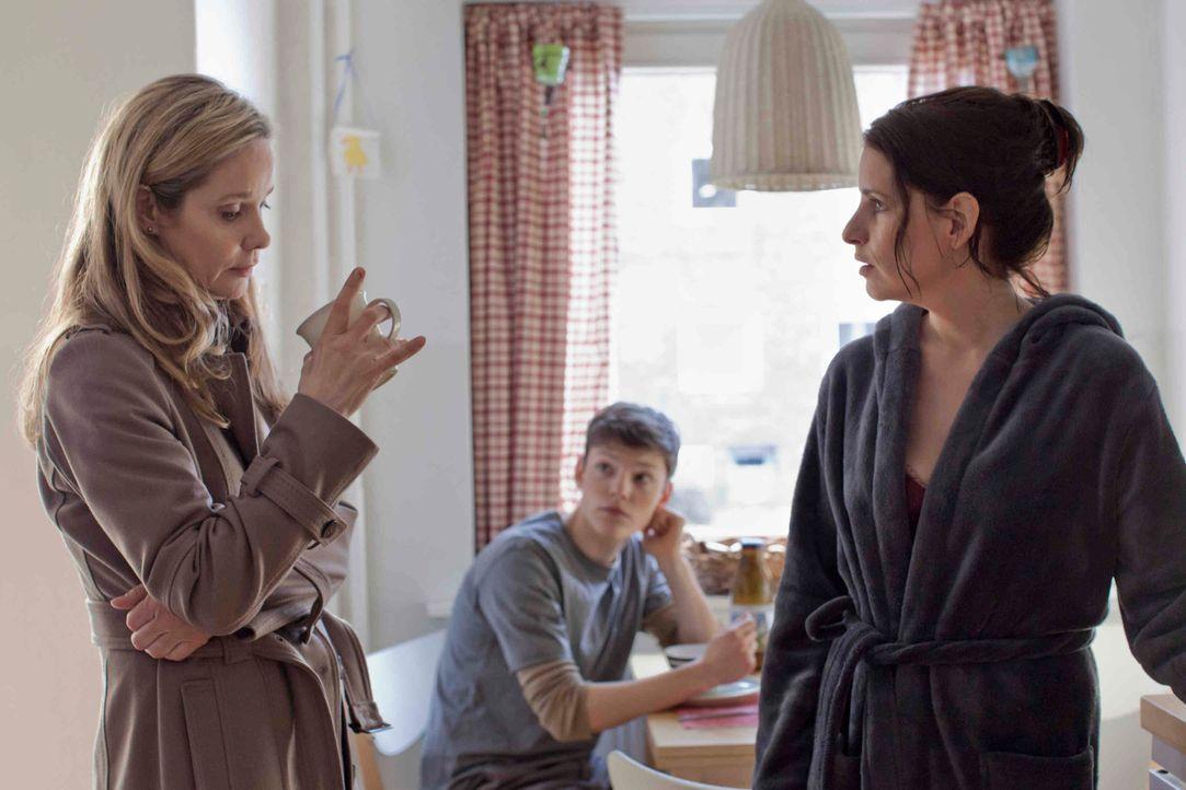 Erst spät vertraut sich Hella (Ann Kathrin Kramer, l.) ihrer Schwester Simone (Stefanie Höner, r.) an. Doch auch diese speist sie nur mit billigen P... - Bildquelle: Georg Pauly SAT.1